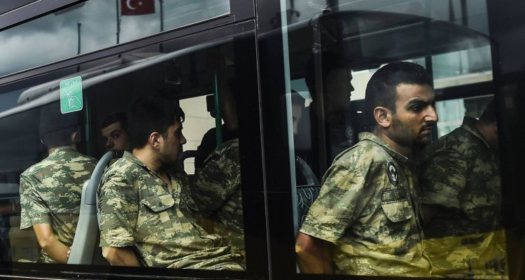 Detained Turkish soldiers who allegedly took part in a military coup arrive in a bus at the courthouse in Istanbul on July 20, 2016, following the military coup attempt of July 15. Turkish President Recep Tayyip Erdogan was today to chair a crunch security meeting in Ankara for the first time since the failed coup, with tens of thousands either detained or sacked from their jobs in a widening purge. / AFP PHOTO / BULENT KILIC