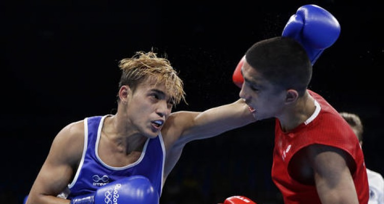 Venezuela's Yoel Segundo Finol, left, fights Britain's Muhammed during a men's flyweight 52-kg preliminary boxing match at the 2016 Summer Olympics in Rio de Janeiro, Brazil, Monday, Aug. 15, 2016. (AP Photo/Frank Franklin II)