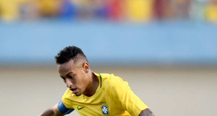 Brazilian forward Neymar controls the ball during a friendly football match against Japan ahead of the Rio 2016 Olympic Games at the Serra Dourada Stadium in Goiania, Goias State, Brazil, on July 30, 2016.  The Rio 2016 Olympic and Paralympic Games will be held in Brazil from August 5-21 and September 7-18 respectively. / AFP PHOTO / EVARISTO SA