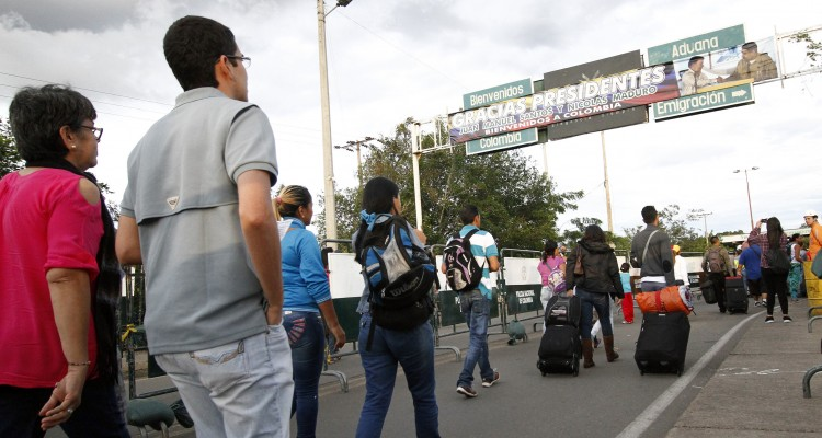 "Venezuelans cross the border from San Antonio del Tachira, Venezuela, to Cucuta, Colombia on August 13, 2016.  Venezuela and Colombia on Saturday opened several ""provisional"" border crossing points for pedestrians for the first time in nearly a year as part of a progressive reopening agreed this week. / AFP PHOTO / SCHNEYDER MENDOZA"
