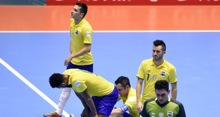 Brazil's team players reacts after loosing to Iran their Colombia 2016 FIFA Futsal World Cup match in Bucaramanga, Colombia on September 21, 2016. / AFP PHOTO / GUILLERMO LEGARIA