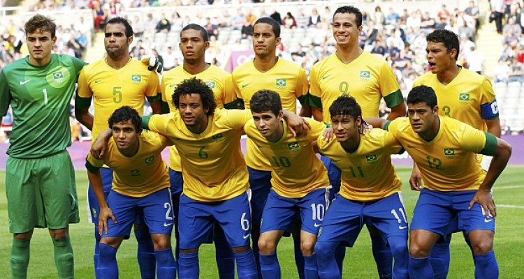The Brazilian team poses before their match against Honduras in their men's quarter final soccer match at the London 2012 Olympic Games at St James' Park in Glascow August 4, 2012.    REUTERS/David Moir (BRITAIN  - Tags: SPORT OLYMPICS SPORT SOCCER)