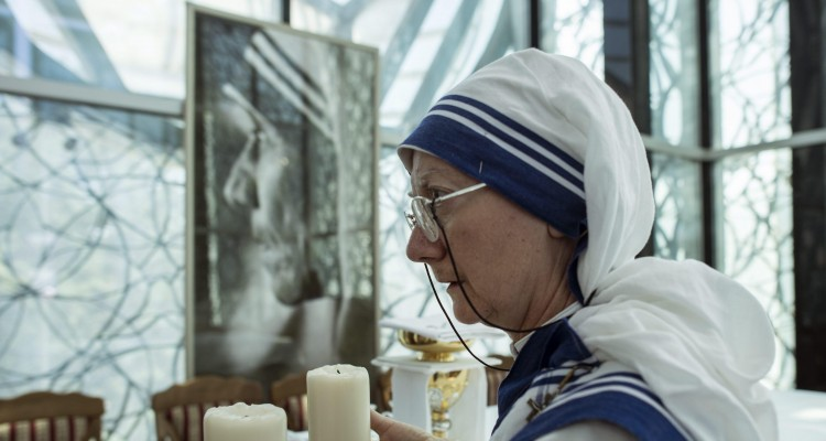 GEO02. Skopje (Fyrom), 04/09/2016.- A nun of the Sisters of the Missionaries of Charity holds candles in front of the picture of Mother Theresa during the mass in her memorial house in her born city of Skopje, the Former Yugoslav Republic of Macedonia on 4 September 2016. Mother Teresa was born Agnes Gonxha Bojaxhiu on 26 August 1910 to Albanian parents in Skopje, Macedonia. She began her missionary work with the poor in Calcutta in 1948, and won the Nobel Peace Prize in 1979. Following her death in 1997 she was beatified by Pope John Paul II and given the title Blessed Teresa of Calcutta. Mother Teresa was canonized today by Pope Francis in Vatican. (Calcuta, Papa) EFE/EPA/GEORGI LICOVSKI FYROM BELIEF MOTHER TERESA CANONIZATION