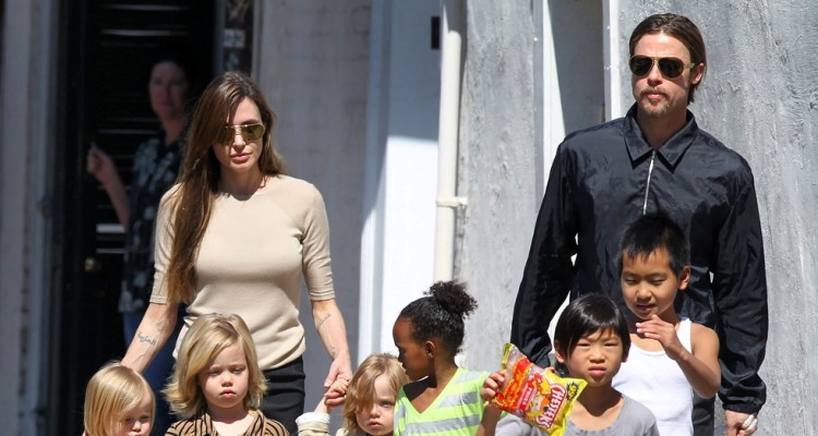 Brad Ptt, Angelina Jolie and their whole family go for a Sunday stroll in New Orleans. Angelina flew their 6 children in to visit Brad, who is working on his new movie, 'Cogan's Trade'.   Pictured: Angelina Jolie, Brad Pitt, Maddox Jolie-Pitt, Zahara Jolie-Pitt, Vivienne Jolie-Pitt and Knox Jolie-Pitt