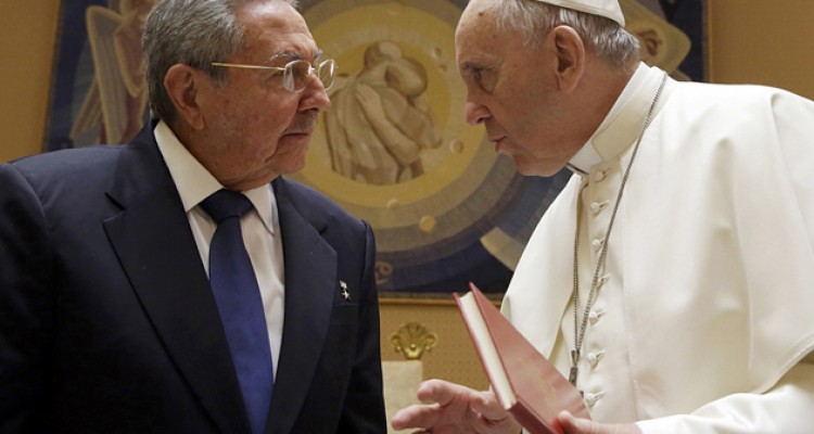 Pope Francis (R) talks with Cuban President Raul Castro during a private audience at the Vatican May 10, 2015. Pope Francis, who helped broker a historic thaw between the United States and Cuba, held talks with Cuban President Raul Castro on Sunday ahead of the pontiff's trip to both countries in September.      REUTERS/Gregorio Borgia/pool