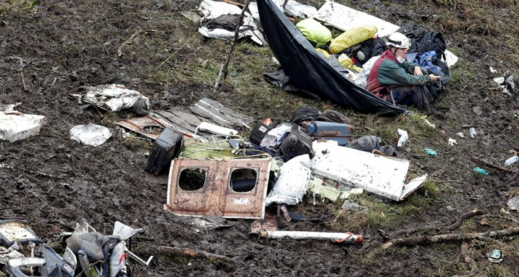 A rescue worker sits near the wreckage of a plane that crashed into the Colombian jungle with Brazilian soccer team Chapecoense onboard near Medellin, Colombia, November 29, 2016  REUTERS/Jaime Saldarriaga     TPX IMAGES OF THE DAY